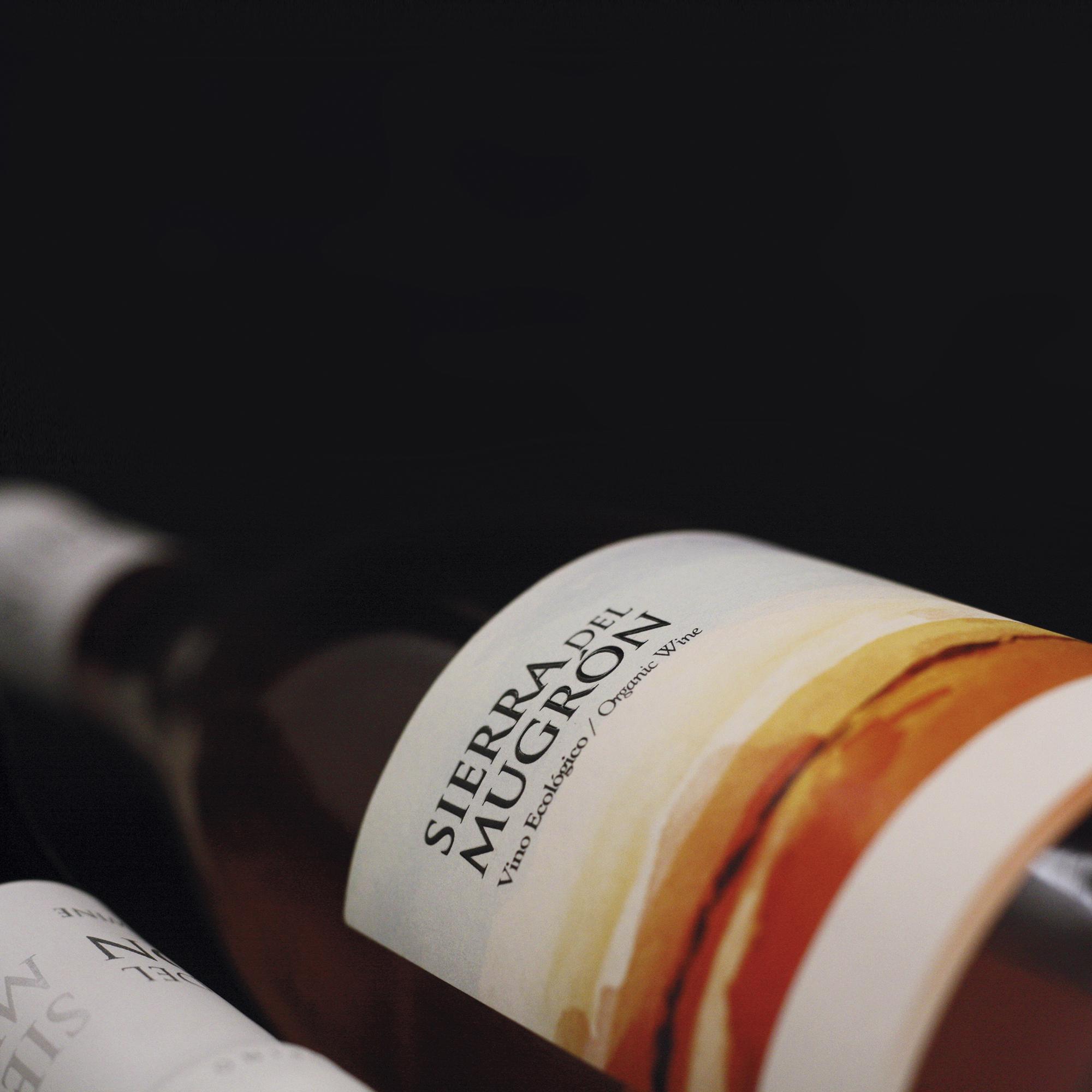 Diseño de las etiquetas de vinos Sierra del Mugrón
